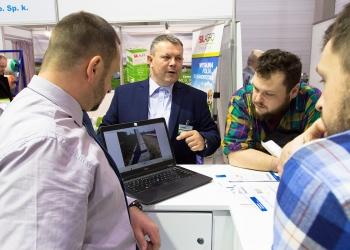 Przedstawiciel handlowy Precon Polska Rajmund Bartoszewicz podczas rozmowy z odwiedzającymi stoisko podczas targów Ferma w Łodzi