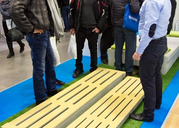 Przedstawiciel handlowy Precon Polska Janusz Jankowski podczas rozmowy z odwiedzającymi stoisko