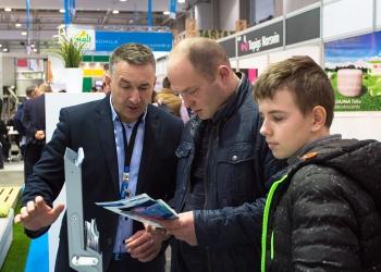 Przedstawiciel handlowy Precon Polska Jerzy Bakunowicz podczas rozmowy z odwiedzającymi stoisko podczas targów Ferma w Łodzi