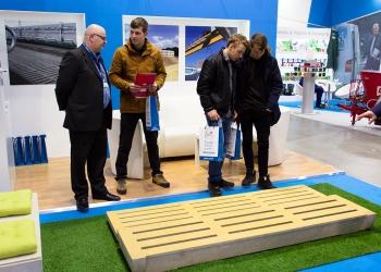 Przedstawiciel handlowy Precon Polska prezentuje produkty prefabrykowane dla rolnictwa podczas Targów Ferma