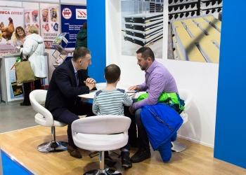 Przedstawiciel handlowy Precon Polska Jerzy Bakunowicz podczas rozmowy z klientem na Targach Ferma 2017